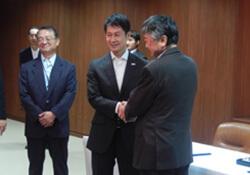 左より河井会長、湯﨑知事、青木理事長