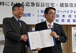 締結式(左より)青木理事長、大村愛知県知事=愛知県公館