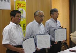 左から岐阜県古田知事、産直住宅協会青山会長(中津川市長)、木協青木理事長