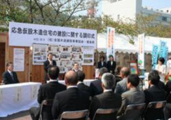 正面テーブル 左より徳本専務理事、飯泉徳島県知事=徳島市・藍場浜公園