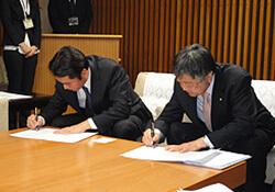 左より尾崎高知県知事、青木理事長=知事室